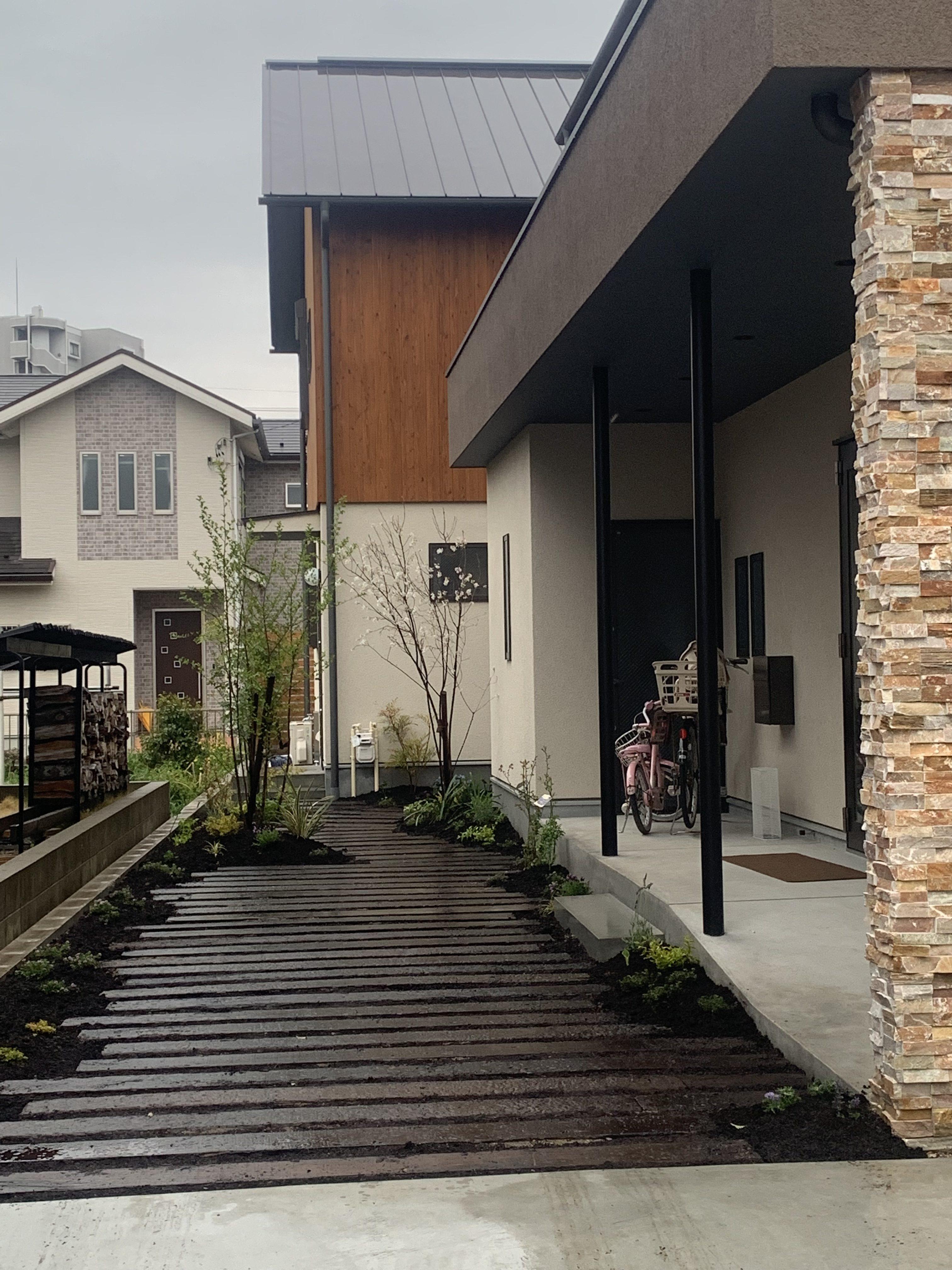 犬山枕木小径の庭。雨の植栽工事。のイメージ