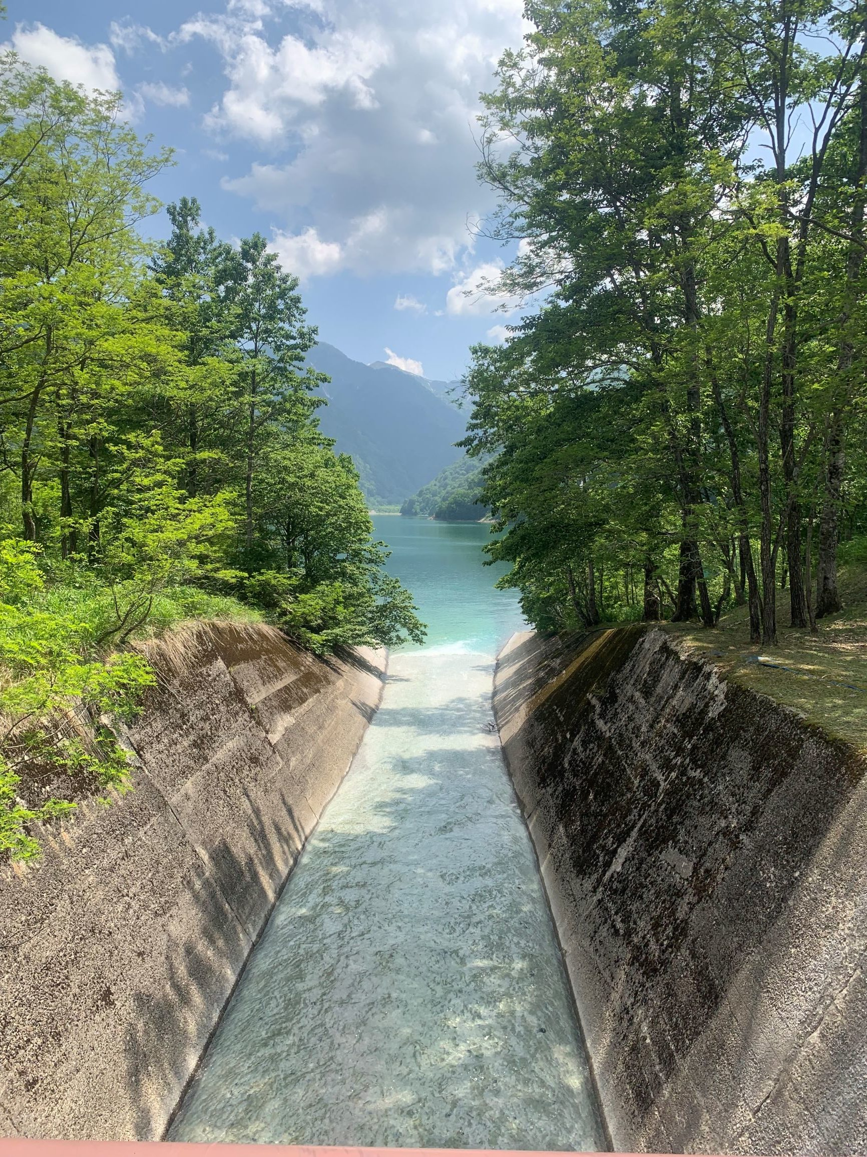 素敵な風景。白水湖。エメラルドグリーンの湖面。のイメージ