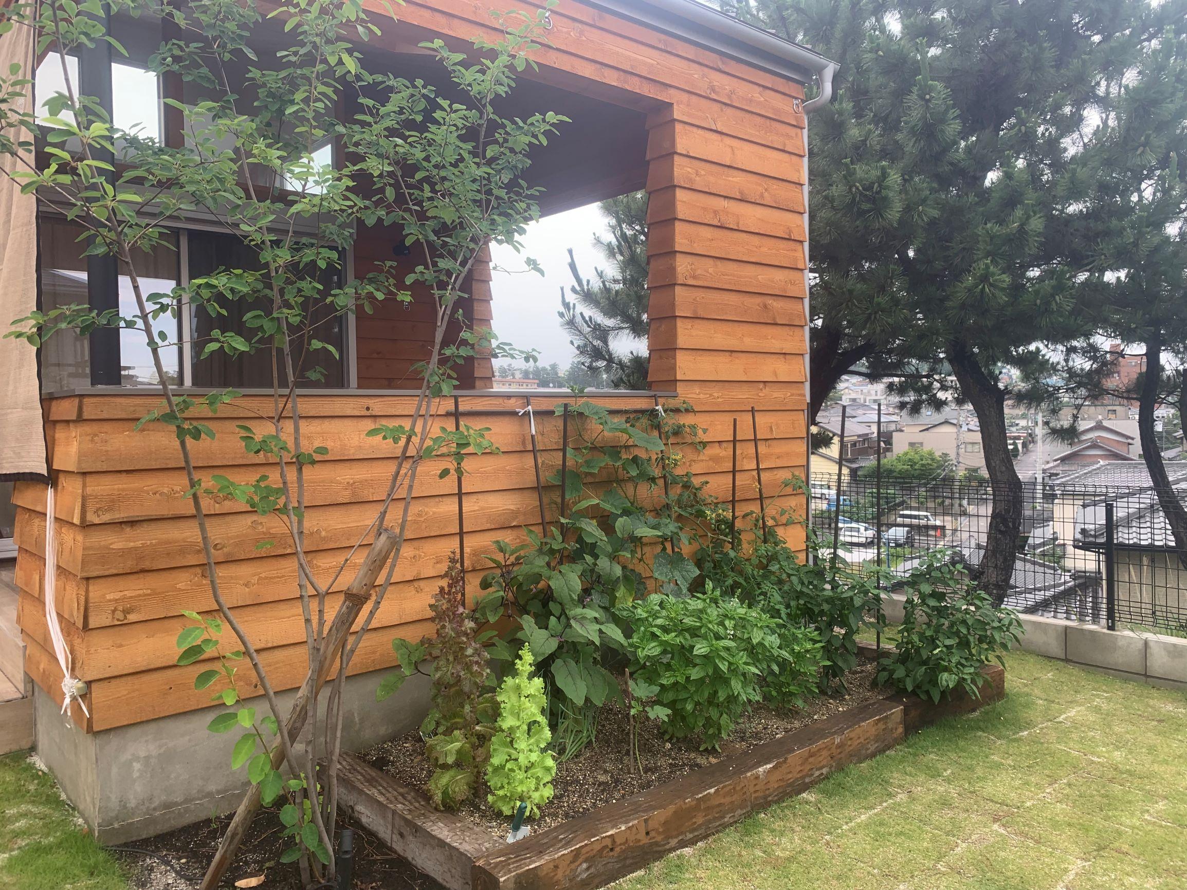 岡崎枕木菜園芝生の庭。ベジタブルガーデン・菜園を楽しむ。のイメージ