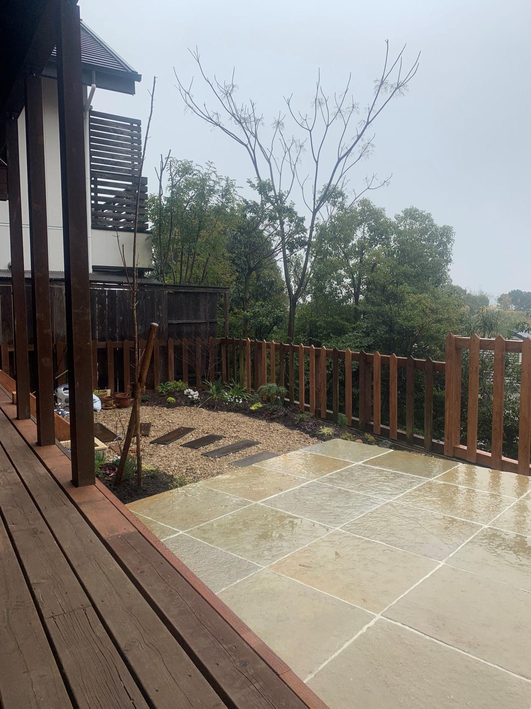 日進借景を活かす自然石テラスの庭。のイメージ