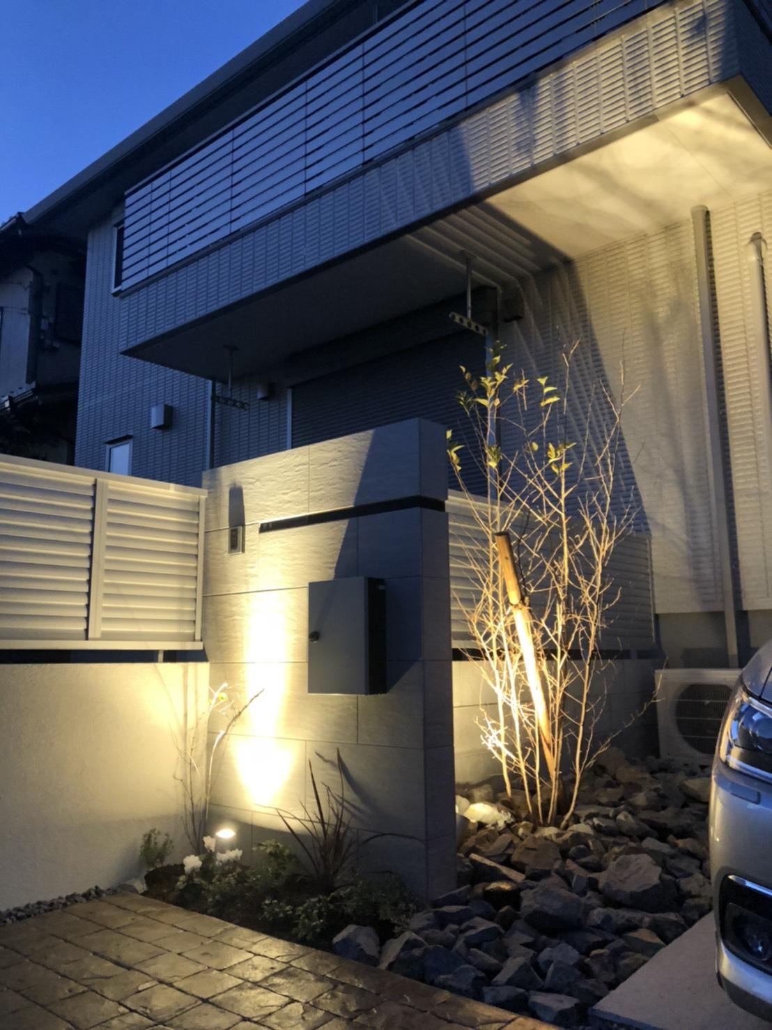 愛西シンプルなタイル門柱のある庭のイメージ